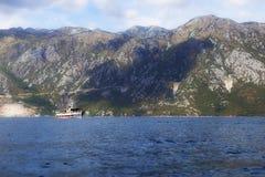 Schiff mit Touristen in der Bucht Stockfotografie