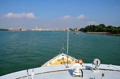 Schiff nach Venedig Stockfotos