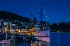 Schiff nahe Küstenregelung nachts lizenzfreie stockfotos