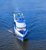 Schiff schwimmt auf den Fluss stockfotografie