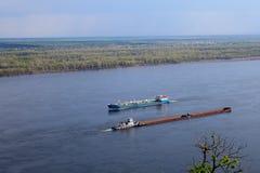 Schiff schwimmt auf den Fluss Lizenzfreie Stockfotos