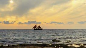 Schiff schwimmt in dem Abstand in dem Meer stock footage