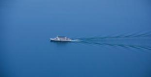 Schiff am See Woerthersee, wie vom Aussichtsturm Pyramidenkogel gesehen Lizenzfreies Stockfoto