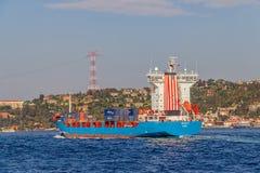 Schiff segelt Bosphorus Lizenzfreie Stockbilder