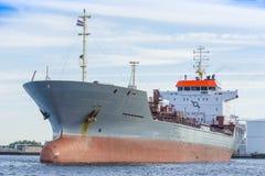 Schiff segelt in den Hafen von Amsterdam Stockfotos