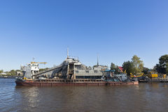 Schiff SH-402, bestimmt für die Ausführung von ausbaggernden Arbeiten über weißen See nahe der Stadt von Belozersk in der Vologda stockbilder