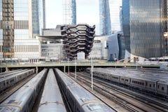 Schiff TKA, eine Wendeltreppe, mit Eisenbahn und Zügen in der Front, skycrappers hinten, Hudson Yards, Manhattans Westseite, NY lizenzfreie stockfotos