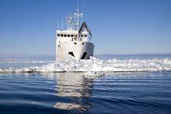 Schiff umgeben durch Eis mit Reflexion lizenzfreies stockbild