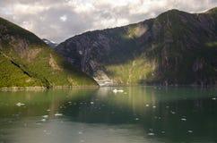 Schiff und Berge Stockfotografie