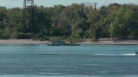Schiff und Boot auf dem Fluss Volga stock video