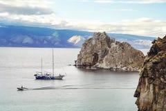 Schiff und Boot im Wasser von Baikal stockfotografie