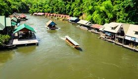 Schiff und hölzernes Floss bringen nahe Wald in Thailannd unter Stockfotografie