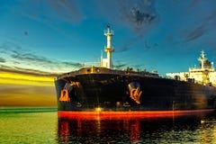 Schiff und Sonnenaufgang stockfotografie