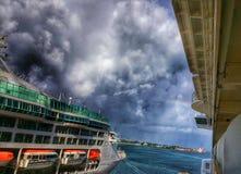 Schiff unter Sturm mit Regenbogen Lizenzfreie Stockfotografie