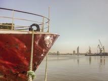 Schiff verankert im Hafen Stockbilder