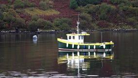 Schiff vor der Lachsproduktion auf Loch Harport auf der Insel von Skye - Schottland stock footage