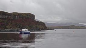 Schiff vor der Lachsproduktion auf Loch Harport auf der Insel von Skye - Schottland stock video