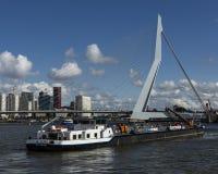 Schiff Walburg-Segeln in Richtung zu ERASMUS-Brücke Rotterdam lizenzfreie stockfotos
