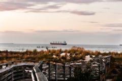 Schiff weg von der Küstenlinie Lizenzfreies Stockfoto