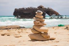Schiffbruch auf Kap-Verde Strand mit Steinstapel Lizenzfreies Stockbild