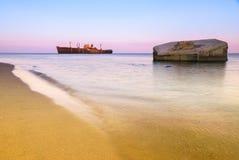 Schiffbruch auf ruhigem See und altem konkretem Fort Lizenzfreie Stockbilder