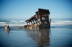 Schiffbruch in den Meereswogen stockbild