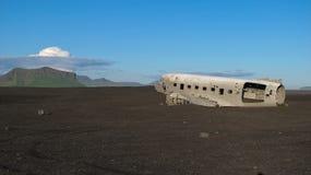 Schiffbruch des zerschmetterten Flugzeuges im Jahre 1973 Douglas R4D Dakota DC-3 C 117 US Navys in Island an Solheimasandur-Stran lizenzfreies stockfoto
