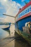 Schiffbruch nahe Strand und Regenbogen lizenzfreie stockbilder