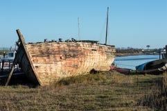 Schiffbruch oder sehr altes Boot stockfotos