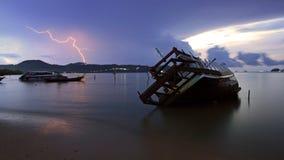 Schiffbruch und Blitz an der Dämmerung in Phuket Stockfotos