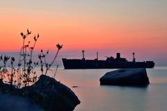 Schiffbruch und Felsen auf der Küste in Costinesti, Rumänien Lizenzfreie Stockbilder