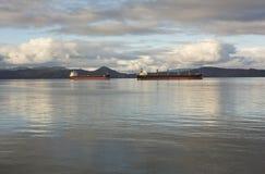 Schiffe am Anker lizenzfreies stockfoto