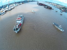 Schiffe auf dem Fluss Lizenzfreie Stockbilder