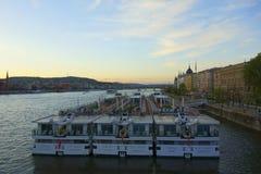 Schiffe auf dem Fluss Donau stockfotos
