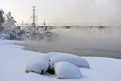 Schiffe am Winterpark lizenzfreie stockfotografie