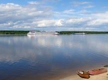 Schiffe auf dem Fluss Volga, Yaroslavl-Region, Russland Stockbilder
