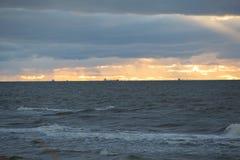 Schiffe auf dem Horizont lizenzfreies stockbild
