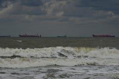 Schiffe auf dem Horizont lizenzfreies stockfoto