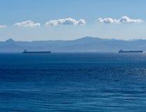 Schiffe auf dem Horizont lizenzfreie stockfotos
