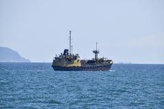 Schiffe auf dem Horizont des Meeres Heraus an den Seeschiffen Stockfotos
