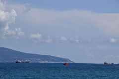 Schiffe auf dem Horizont des Meeres Heraus an den Seeschiffen Stockbild