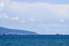 Schiffe auf dem Horizont des Meeres Heraus an den Seeschiffen Stockfoto