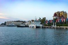 Schiffe auf dem Pier in der Seehafenufergegend am Abend Stockfotos