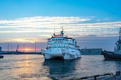 Schiffe auf dem Pier in der Seehafenufergegend am Abend Lizenzfreies Stockbild