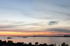 Schiffe auf der Bucht nach Sonnenuntergang Lizenzfreie Stockfotografie