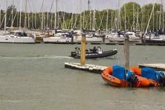 Schiffe auf ihren Liegeplätzen am Hafen und am Jachthafen auf dem Fluss Hamble bei Warsash auf der Südküste von England Lizenzfreie Stockbilder