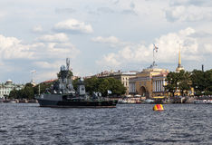 Schiffe auf Neva River St Petersburg Stockfotos