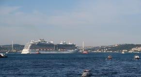 Schiffe in der Bosphorus-Straße in Istanbul, die Türkei Stockbild