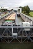 Schiffe in der Schleuse in den Niederlanden Lizenzfreies Stockbild