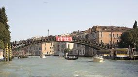 Schiffe, die unter die Brücke mit gehenden Touristen segeln lizenzfreie stockfotografie